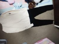 クリーム色に近い白のニットにネイビーのズボン似合うバックって何色ですか? ※ズボンが黒に見えますが黒めのネイビーです