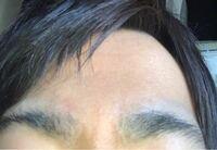 眉毛が曲線で2センチもありつながりそうで剃っても半日で青く生えてきてとても変です。ここからいい眉毛にするにはどうすればいいでしょうか?
