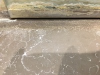 風呂場の鏡のふちの汚れと茶色のタイルの白い汚れはどうすれば綺麗になりますか?