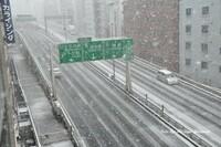 「冬はバイクは冬眠」とドヤ顔で言う季節が来ましたが。 毎年冬になったら同じ質問をしていますが。 「冬は冬眠」とドヤ顔で言う人がいますがバイクて冬にこそ乗るものなのでは。  と質問したら。 雪国に住ん...