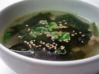 わかめスープってワカメやスープも美味しいんだけど いちばん美味しいのは上に浮いてる白ゴマだと思わない? (^。^)b