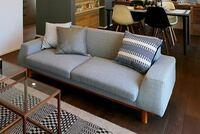 このソファーの商品名が知りたいです。 左右でアーム部分のデザインが違うなど、特徴的なデザインで気に入っています。 家具、ソファーに詳しい方、よろしくおねがいいたします。