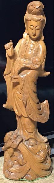 この木彫りの仏像は、観音様であってますか? 仏像関係に詳しい方、宜しくお願いします。 ちなみに、仏像の下(台座裏)には、名の彫りはありませんでした。 あと、この仏像の価値も知りたいです(๑¯◡¯๑)  宜しくお願いします( *_ _)))