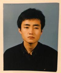テヒョンって韓国人って言われなかったら、日本人に見えませんか?特に彼のお父さんが物凄い日本に居そうなアジア系の人に見えたので(画像参照) BTS 防弾少年団 テテ キムテヒョン