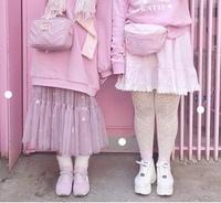画像左のショルダーバッグは、どこのブランドのものですか?   また、20代に人気のあるオススメなブランド教えてください! フルラとかが、やっぱり人気なんですかね?  回答よろしくお願 いします。