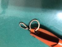 キーケース 使い方 画像のキーケースを購入したのですが、使い方が分かりません。  フックとリングがそれぞれ1つずつあります。 どちらに鍵を入れれば良いのでしょうか?