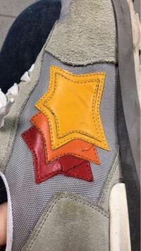 スニーカーの星の部分(合皮?)がひび割れしてきてしまいました、、、。補修する方法や進行を防ぐ方法はありませんか?