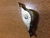 引き戸の戸車について質問です。 写真のようにプラスチック部分が破損してしまい交換しようと外したのですが、鉄枠からはずしてこの車の部分だけ交換は可能なのでしょうか? それとも、やはり まるごと交換するしかないのでしょうか? ヨコヅナというところの戸車です。