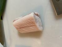 豚バラブロックを買って角煮を作ってみたくて、白い部分(脂身?)だけの所もまとめて作ったのですが、この部分は食べちゃっても問題ないのでしょうか?