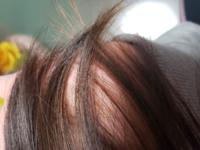 前に美容院に行った時に美容師さんに地毛がアッシュ系統の髪だねって言われました。 でも自分ではチョコレート色なだけでは?と思ってます。調べてもピンと来ません…… アッシュって灰色っぽい髪の毛みたいなので…  写真を付随するので詳しい人に髪色判断してほしいです…! 多分撮った場所は昼白色の電球だと思います よろしくお願いします!