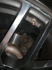 ガソリンスタンドでタイヤ空気圧確認しようとバルブ開けたら詰め物?のようなものがあり、空気が送れませんでした。スタンドの人に聞いても不明。この赤いのはなんでしょうか??