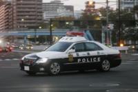警察の赤色灯について。 道路で警察車両の走行について、疑問があります。赤色灯をつけずに走行している時、赤色灯をつけて走行している時、赤色灯とサイレンをつけて走行している時。この違いを教えてください。