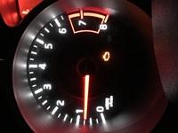中古車で日産のジュークを買ったのですが、エンジンの警告灯が消えません。 ボンネットを開けてどこか確認したほうがいいのでしょうか?