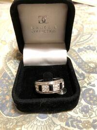 こんな指輪貰ったんですけど安物ですよね、、指輪は軽いのでステンレスかと思います。箱にGRACES COLLECTIONと書いてあります。ファッションリングかなんかだと思うんですけど2000円の価値も多分ないですよね?素...