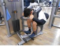 ジムにある腹筋マシンをうまく使いこなせません。 最近ジムに通い始めましたが腹筋マシンを使うと腹筋よりも足で踏ん張るのが辛くて足のほうが効いてる気がします。 太ももやスネ、足の甲などがかなり筋肉使って...