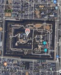 京都の市内中心部の通りや建造物は大抵、東西南北に対して平行に作られているのになぜ二条城とその周囲は少し傾いているのでしょうか?