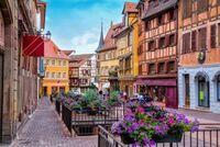 ヨーロッパって、高層ビルはあるんですか? 道路は石畳で、街並みは歴史ある建物やお城、古い建物が多くて高層ビルがないイメージなんですが実際はどうなんでしょう? 派手な看板やネオンもな いイメージ。