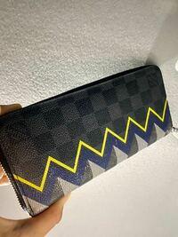 このヴィトンの財布の名前わかる方教えてください! 品番などもわかればお願いします、また少し擦り傷がついているのですが売るとしたらだいぶ金額は落ちますかね