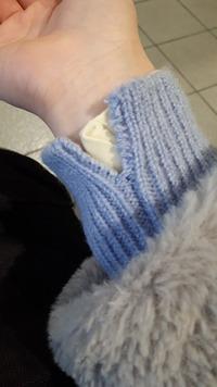 セーターの袖口がこのように裂けてしまいました。にたいろのいとを買って、毛糸用の太めの縫い糸(?)で縫い付ければまた着れますか?