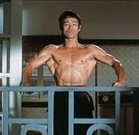 世界的に映画史上革命を与えた憧れる男優スターと言ったら誰でしょうか? 私はブルース・リーであると思います。