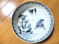 以前に陶器の刻印について質問をさせていただきましたが、今回また別の陶器が出てきましたので質問します。 只今実家の整理をしていますが、次々と陶器が土蔵から出てきました。  前回の質問では、有田焼のお皿ということで回答をいただきました。  今回出てきましたこちらのお皿(底が深いです。直径24㌢で、重さは1375gです)も有田焼のお皿なのでしょうか?  詳しい方、回答何卒よろしくお願いします。