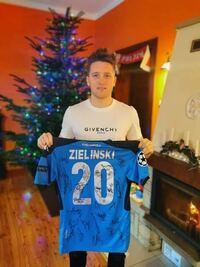 ジエリンスキって北欧白人イケメン顔ですよね? SSCナポリのピオトル・ジエリンスキ選手です。 ウイイレは名前ジエリニスキですが。