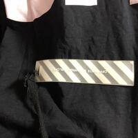 オフホワイトを のでTシャツを譲り受けたのですがゴムタグが襟タグから紐でぶら下がった状態で着るとTシャツの下から出てしまいますが、最初からこの様な状態で販売されたのでしょうか?