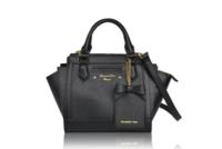 Samantha Vegaのバッグなんですが、量産型っぽく見えますか? やっぱり持つならフラッターでしょうか。。 個人的にフラッター小でも大きいかなと思い迷っています。