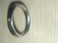 指輪に詳しい人教えてください。 遺品整理してたら指輪が出てきたのですが指輪の内側にEみたいなマークがあります。かればどういう意味なんでしょうか?