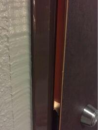マンションの玄関扉のリフォームがうちだけ汚いです。 現在、私の住んでいる賃貸マンションの大規模なリフォームが行われています。  玄関扉にシートを張り替えするので、在宅の日を教えてくださいという紙が入っ...