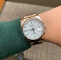 彼女が欲しいので女性の方に特にお聞きしたいのですがこの時計はおっさんぽいですか? デイトジャストを大学生でしていたら「おっさんみたいな時計してるなぁ」とこっそり言われました。 ロレックスとは気付いてはいるかはわかりませんが。