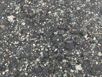 道路のアスファルトって何か混ざってるんですか? 石ですか?