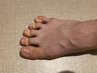 バレエにおいてバレエシューズで床を押すことは当たり前だとは思いますが、私は床を押そうと思うとどうしても画像のように足の指に山が出来てしまいます。 どうしたら指を真っ直ぐに、かつ、広 げて押すことが出...