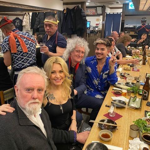 クイーンのメンバーが日本の居酒屋で撮った写真ですが、ロジャーの横にいる女性は誰ですか? 奥さん...
