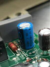 経年劣化したアルミ電解コンデンサの交換をしているのですが、写真の青いコンデンサの容量の単位が「u-m」になっていてよく分かりません。「uf」とは違う大きさの容量なのでしょうか?20年くらい前のphilipsのア...