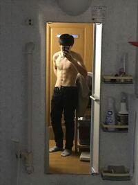男 体型  体重計に乗ったら体脂肪率24%と出ました 下の写真って体脂肪率24%に見えますか? 少し遠くてすみません。 写真は少しちからを入れて撮っています。