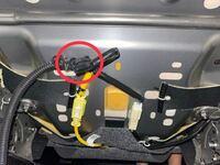 デイズルークスのシートベルト警告音の解除について 運転席下のカプラーを抜いたら警告音は消えましたがアイドリングストップが作動しなくなりました。 なぜですか?  また、この写真の繋がれていない黒い部分はなんの為のものですか?