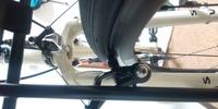 ロードバイクのカンチブレーキの調整についての質問です。シューがタイヤにあたってしまっているのですがどこのネジで調整したらよいでしょうか?