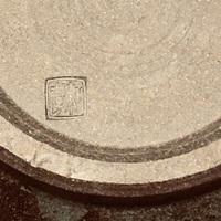 窯印について教えてください。  自宅の陶磁器の整理をしているのですが、箱を無くしてしまって窯元がわかりません。 こちらの写真の窯印は何と書いているのでしょうか? 詳しい方、よろしく お願いします!