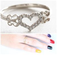 違和感なくハートの指輪をつけられるのは何歳まででしょうか。  画像の指輪が可愛くて購入を考えています。 ですが、私は既に20代後半です。 人によっては、何歳でも違和感なくお洒落につけ られる方もおられるかと思いますが、特別可愛い訳でも、ハートが似合うような雰囲気も持ってる訳でもない場合は一般的に何歳が限界ですか? 画像の指輪のデザインですと何歳までですか?  決まりがないのはわ...