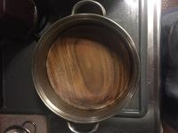 ステンレスの鍋に、木のお皿がはまって取れなくなってしまいました。 お湯をかけても、ドライヤーで乾かしても取れません。どうしたらよろしいでしょうか?