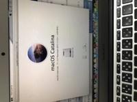 MacBook AirにmacOS catalinaをインストールしたいのですが、ここから進みません。。この画面だとまだインストール中ではないですよね?? どなたかご教示下さい(T_T)  ちなみに来週からリモ ートワークになりそうなのでMacBook Airを使おうと思ったところ、今のバージョンだとリモートのアプリが使えなかった為新しいOSをインストールしようとしている次第です。。