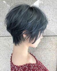 黒髪からこの髪色は何回ブリーチいるでしょうか? 高校を卒業して、初めて髪の毛を染めます。 髪は若干硬めで結構黒いほうです。