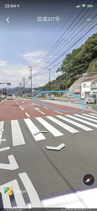 歩行者が渡ってる、または渡ろうとしてるのに、横切る運転手はマナー違反でしょうか? 私は自転車でここをよく渡るのですが、完全な右折ではないので、スピードを維持したまま横切る運転車が多いです。  こうい...
