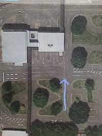 交通ルールに詳しい方にお聞きしたいのですが、 写真の交差点?を矢印方向に直進して通過するとき 徐行する必要はありますか? 標識は無くて見通しは良いところです。