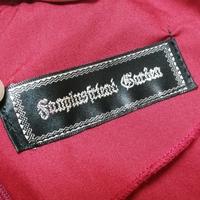 ブランド名について教えてください。 ブランド名のタグなのですが、解読ができません。 何というブランドでしょうか?  服はゴスロリ系のデザインです。