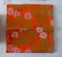 茶道の古帛紗の模様・柄にお詳しい方、教えてください。 こちらの、紅葉と桜?と菊? の混ざった綺麗な模様は、 なんという柄の名前か、教えてください。自分なりに、 インターネットで探してみたのですが、まだ、 茶道の初心者なので見つけられず、困ってます。 茶道のお点前でこの古帛紗を使用して、 拝見に出して応答の時に、 ちゃんと答えられるようになりたいです。 どうぞ、宜しくお願いします。