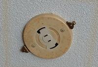 天井の照明についてです。 親族の借りたアパートの天井にこのようなコンセントがついています。 これは何という名称でしょうか? かなり古いものだと思うのですが、電気屋さんに売っている照 明機器で合うのでしょうか? 詳しい方教えていただけると助かります。