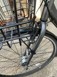 自転車のTB1のカゴの付け方を教えてください。2.3年前に自転車屋でカゴ付きのTB1を購入しましたが、1度外してしまいました。 写真の下の部分の棒状の所はネジで止めれば良いというのはわかるのですが、上の部分の...