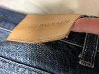 バルマンのジーンズについて質問です。 バルマンといえば高級ブランドですが、縫製が甘かったりするのでしょうか? 直営店でほつれなどなおしてくれるでしょうか? 最初に着用してすぐ洗濯機 で洗濯したのです...